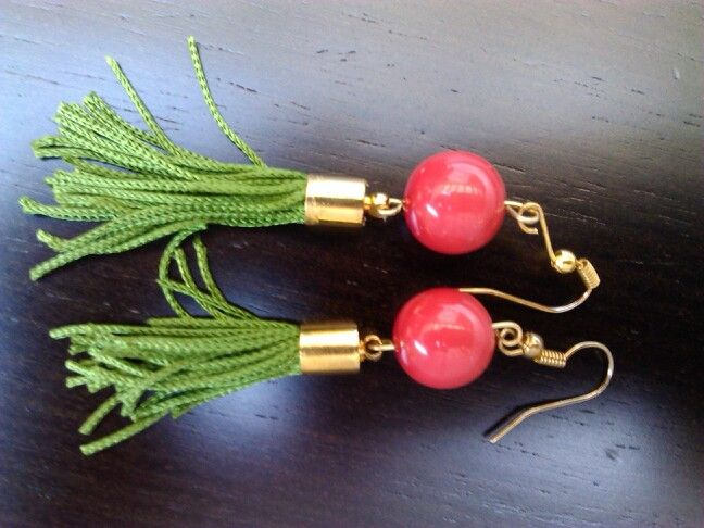 Pendientes para el verano, con bola de coral y borla verde