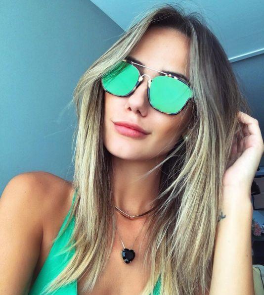 Os amantes de cores vibrantes vão se apaixonar pelo Dior Abstract  #maricoelho_ escolheu o verde e você?! #envyotica #dior #diorabstract #maricoelho #modasolar
