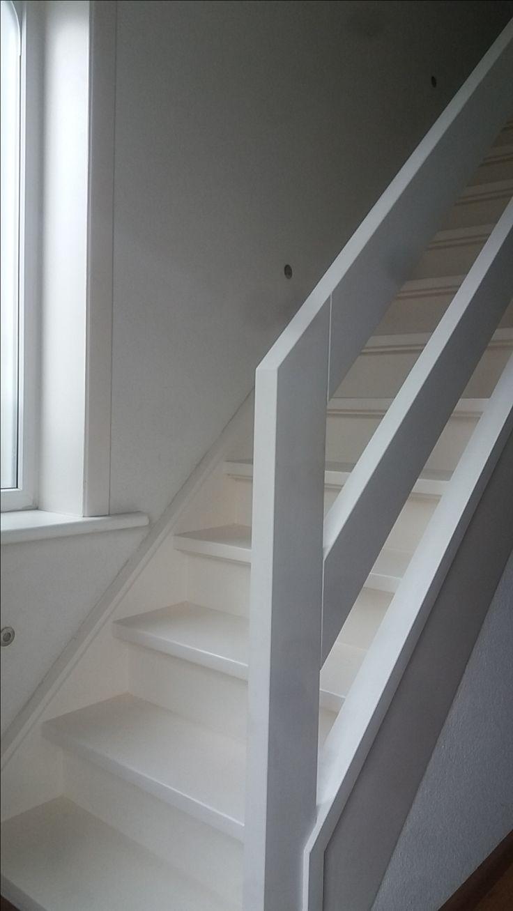 Modern hekwerk op bestaande geschilderde trap   houten balustrade
