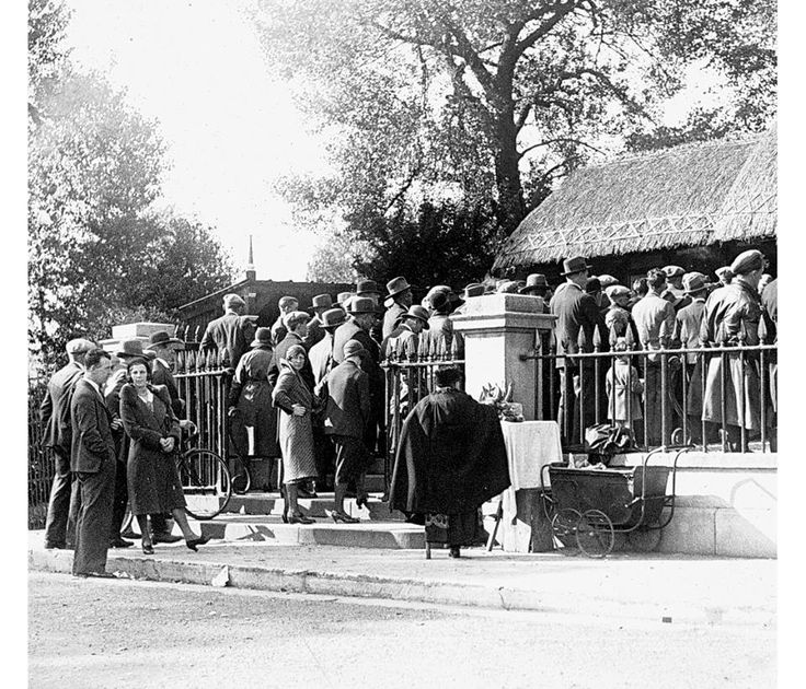 Queuing at the entrance to Dublin Zoo, 1940