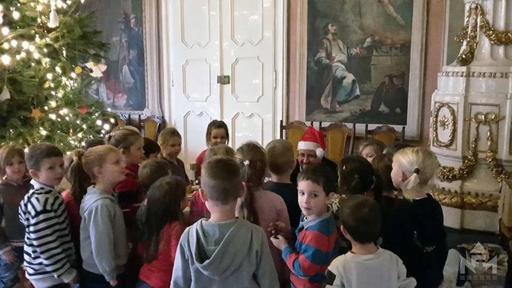 Ovisokkal díszítettük a múzeum karácsonyfáját és énekeltünk egy jót.