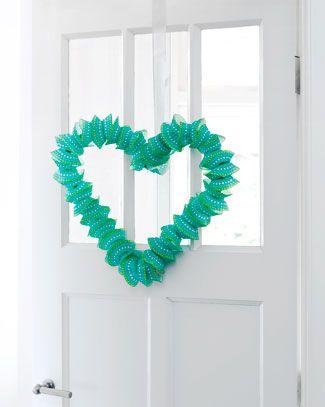 Maak een prachtig hart van cakevormpjes. Simpel maar zó leuk. Kijk op 101woonideeen.nl