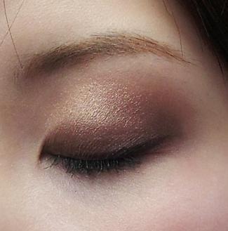 瞳の魅力を最大限に引き出せる'スモーキーアイ'の作り方講座◎|MERY [メリー]