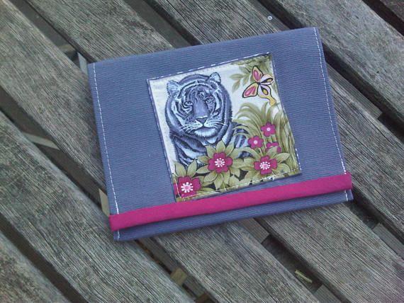 un gros matou tigre dans les fleurs pour un porte monnaie