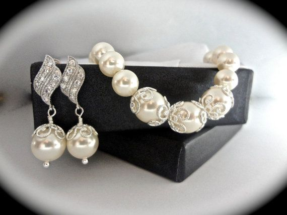 Hey, I found this really awesome Etsy listing at https://www.etsy.com/listing/162447575/pearl-set-pearl-bracelet-and-earring-set SUPPER STUNNING