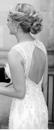 Wouldn't get this dress or do my hair like this but this just looks so pretty:) peinados de novia
