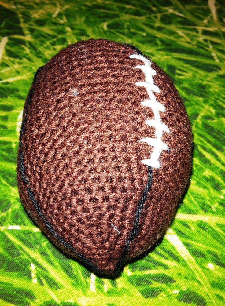 """Johnny vil gerne have en lille amerikansk fodbold til """"Hulken"""", så jeg måtte i gang med at forsøge mig frem til en opskrift på sådan en. J..."""