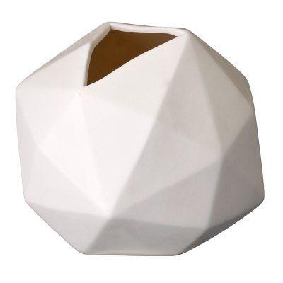 Ball vase fra Bloomingville. En liten vase med form som en fotball. Vasen er hvit og svært lett...