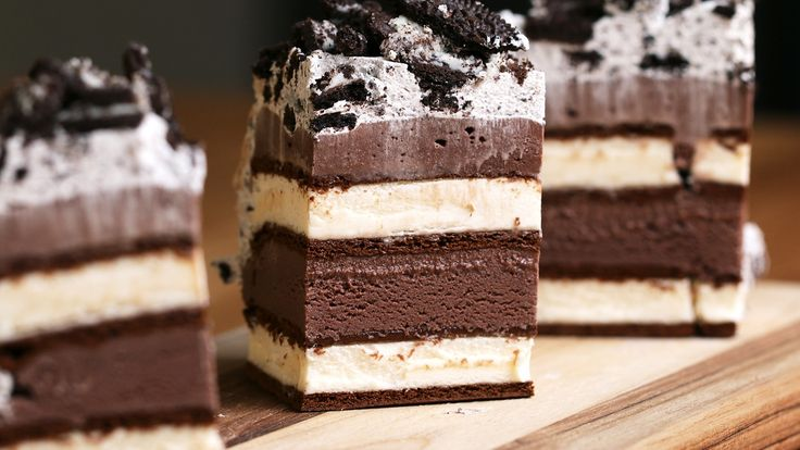 #Yum This Ice Cream Sandwich Cake is perfect for the upcoming wamer months! Watch here: https://youtu.be/BKyuRGEby78