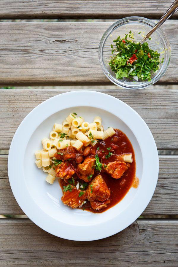Eines meiner Lieblings-Sommer-Rezepte stammt von meinem guten Freund und Ex-Food-Blogger Alex. Das Gericht schmeckt zu keiner anderen Zeit im Jahr besser, denn jetzt sind die Tomaten reif und saftig. Wer mag, bereitet das Gericht im Dutch Oven auf offenem Feuer oder dem Grill zu. Wie wär's?  Zum Rezept: http://www.highfoodality.com/rezepte/wild-und-gefluegel/tomatenhuehnchen-nach-chef-hansen-mit-borlotti-bohnen-und-ditaloni/