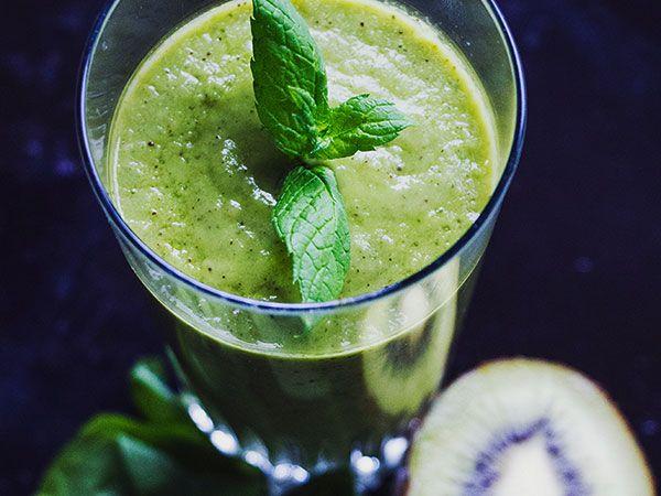 Grön smoothie med avokado, ananas, kiwi och mynta.