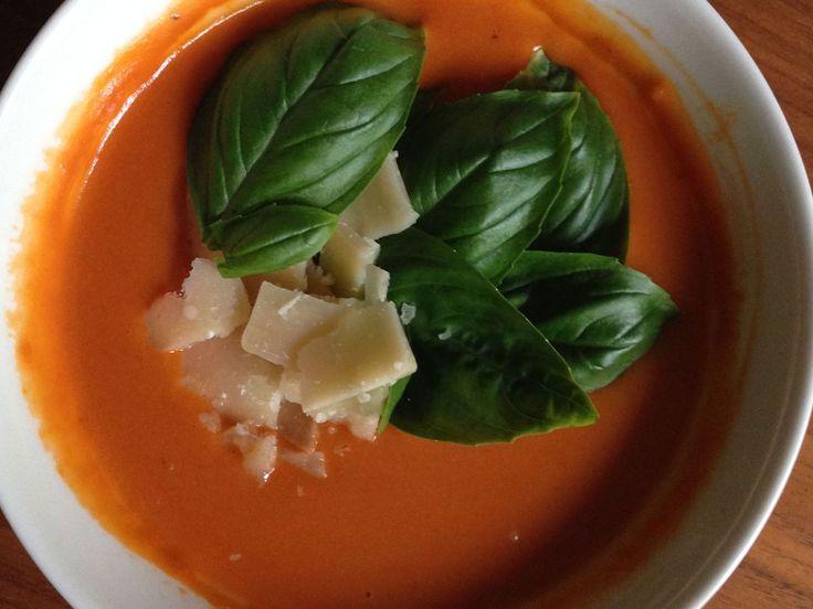 Paahtoleipä suurustaa tomaattikeiton täyteläiseksi ja mascarpone pehmentää maun.Annos kannattaa saman tien tuplata, koska keitto maistuu vielä paremmalta seuraavana päivänä.