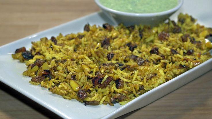 Anne Hjernøe lager stekt ris med lyse rosiner, løk og pinjekjerner.