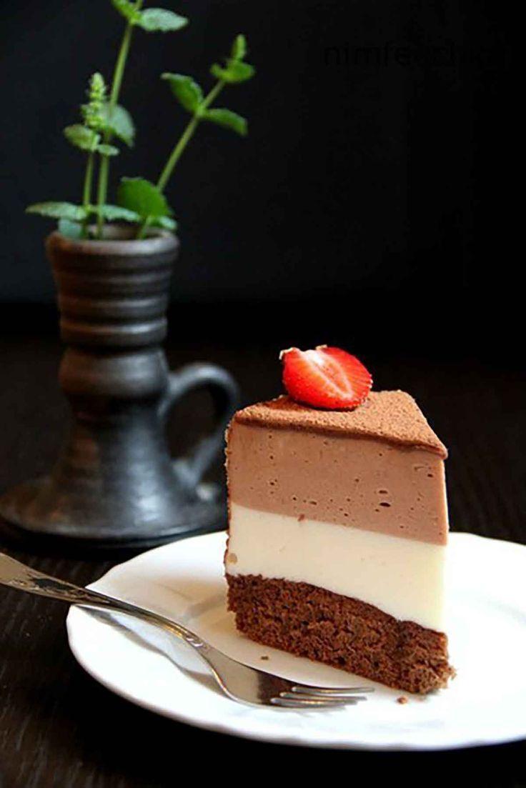 """Tortul """"Trio"""" este un desert extraordinar, foarte fin și delicios. Este un tort din trei straturi: primul este blatul de pandișpan, la mijloc – crema de smântână-jeleu și al treilea strat – crema-jeleu de ciocolată. Acest tort va înfrumuseța orice masă de sărbătoare, este excepțional de bun, foarte aspectuos, gustos, cremos, răcoritor, un tort care …"""