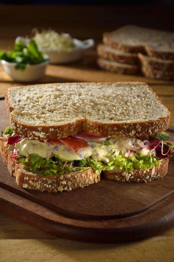 La receta de Sándwich saludable con aderezo de mostaza y miel es una preparación muy sencilla, sana y con un sabor delicioso. Es un sándwich con ensalada de vegetales y un delicioso aderezo de mostaza y miel.
