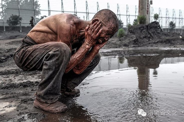 wash face with the ground water,migrant worker