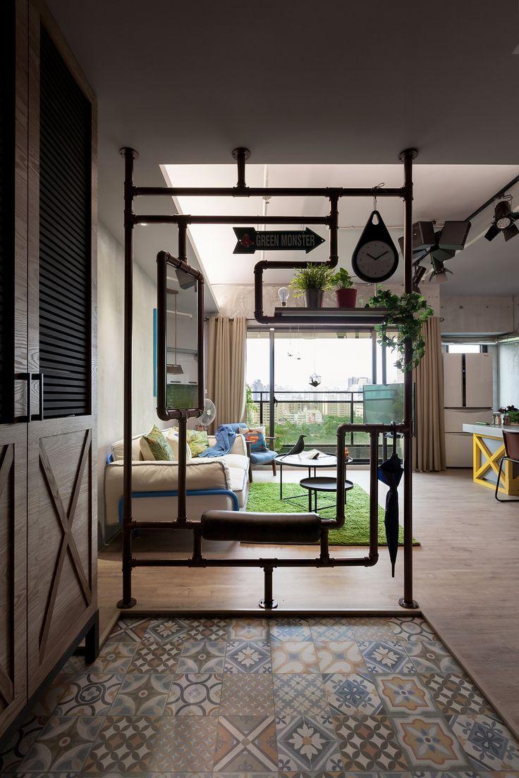 Организация прихожей зоны: плитка у входа ниже уровня пола, шкаф. Крутая идея с трубами: место для сидения, зонта, зеркала