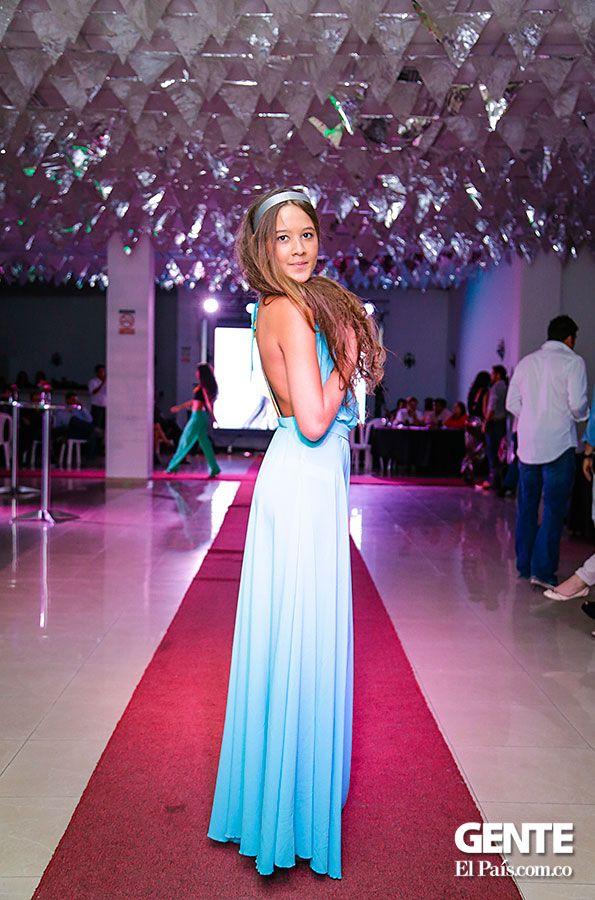 Vestido blanco-azul.  - Moda en el Alferez Real - Galeria en: http://ow.ly/sxYNK