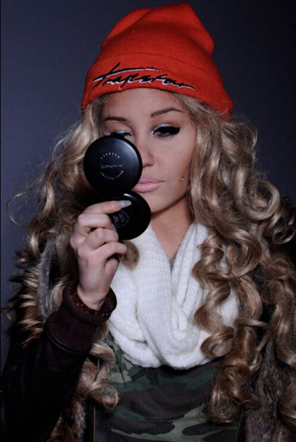 "Amanda Bynes Goes ""Blac Chyna"" On 'Em While Donning Cheek Piercings & Pink Lips! (PHOTOS)"