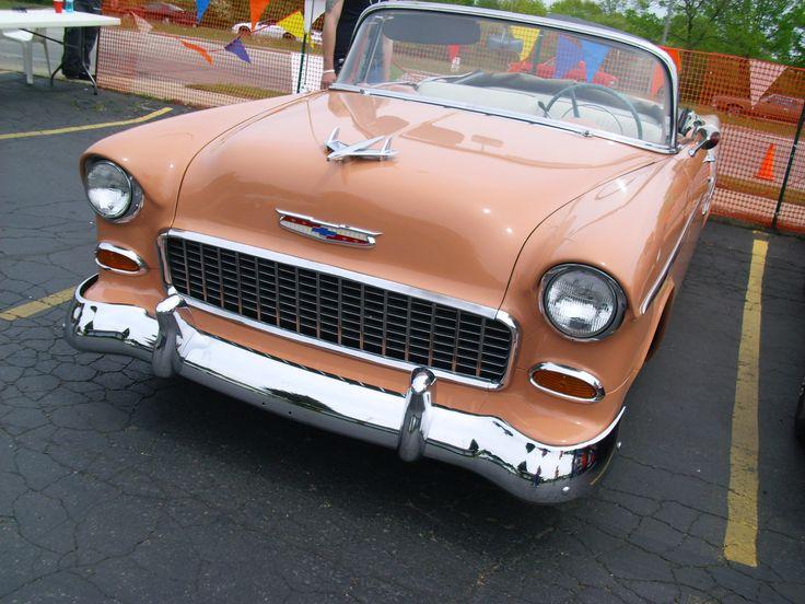 Oranje oldtimer op parkeerplaats. www.auto-zaken.com