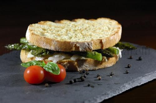 Panino con Asiago stagionato DOP, asparagi, lardo di Arnad e pesto semplice di basilico e pinoli