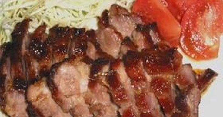 焼いてこそ叉焼です!肉の美味しさを引き立てるこの甘いタレがポイントです。