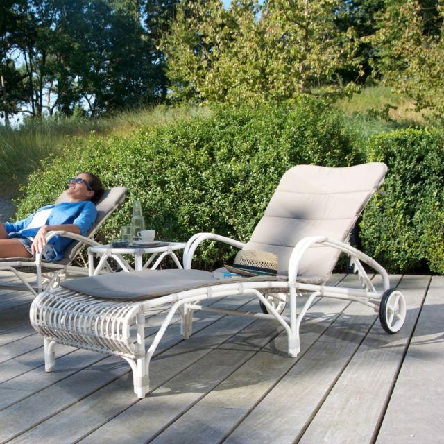 """Lit piscine Lucy Sunlounger Vincent Sheppard. Découvrez la vie authentique en plein air dans le Jardin de Vincent. Ou comment chez Vincent Sheppard, le """"farniente"""" se traduit en une collection de meubles élégants et luxueux conçue pour l'extérieur. www.saisons-deco.com"""