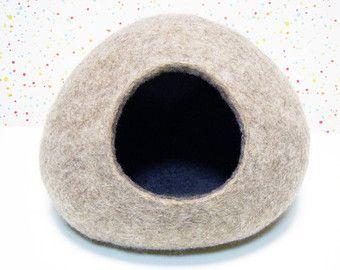 Questo letto di gatto è una carina decorazione per il vostro letto interno e confortevole per il vostro amato gatto o piccolo cucciolo.  Questo letto è fatto forma naturale non tinto di lana di pecora tirolese di colore beige con colore sabbia lana Merino allinterno.  XXS e XXXS letti adatti per piccoli animali: criceti, ratti, furetti, cavie, Ricci, Taglie disponibili:  Letto matrimoniale XXXS (lunghezza x larghezza x altezza) 6 x 6 x 4 pollici (15 x 15 x 10 cm). Migliore per roditori…