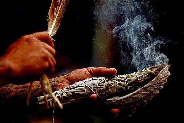 Окуривать — значит очищать дымом священных растений. Ветвь или пучок высушенных трав держат в руке и зажигают сверху.