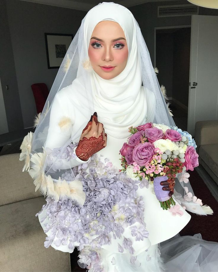 "63k Likes, 263 Comments - Syafiqah Aina (@syafiqahaina) on Instagram: ""RINDUNYA 😭 . I just love everything in this photo ! The Dress, Veil, Hand Bouquet, Henna and Makeup…""  #Regram via @syafiqahaina"