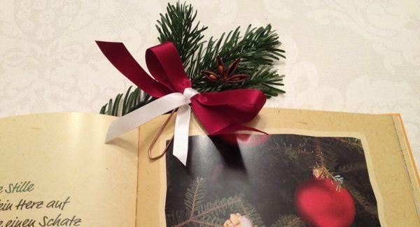 Lesezeichen selbstgebastelt – Ein ganz persönliches Geschenk Sind Sie auch immer auf der Suche nach netten, kleinen Geschenkideen, am besten natürlich selbstgemacht, nicht so aufwendig und für jedermann nachzumachen? Dann haben wir heute was für Sie. Dieses Lesezeichen (ein Bastel-Tipp von Primavera) geht ganz schnell herzustellen, ist supereinfach zu machen und kann für jeden Beschenkten angepasst werden – indem Sie einfach individuell farbige Schleifen verwenden...