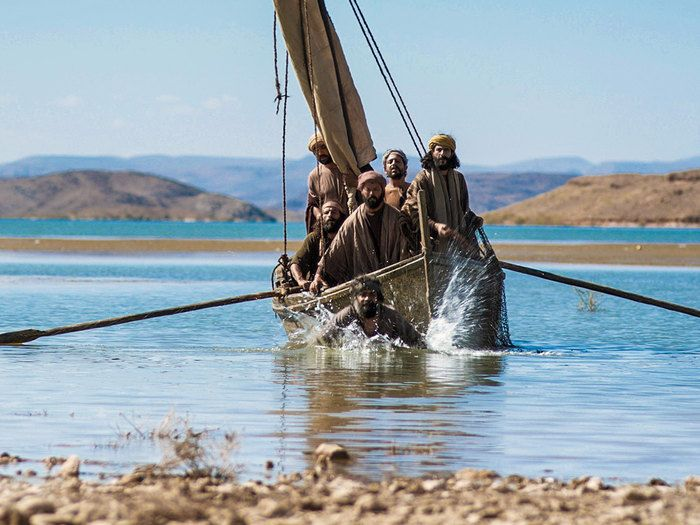 Free Bible images of the risen Lord Jesus appearing on shore of Galilee and telling the Disciples to cast their fishing net on the other side of the boat. – John 21:1-14