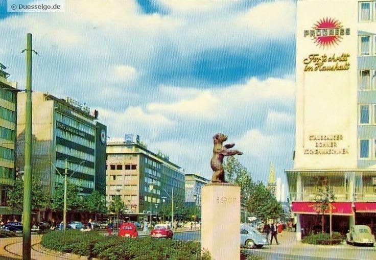 Aufnahme der Berliner Allee in Düsseldorf von 1967. Die im Vordergrund zu sehende Statue des Berliner Bären wurde 1950 zur Einweihung der Berliner Allee von Willy Brand enthüllt.