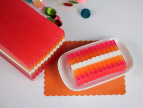 Free Beginner's Guide To Soapmaking...Melt and pour with a link to a cold process guide and downloadable pdf's...this is great information!