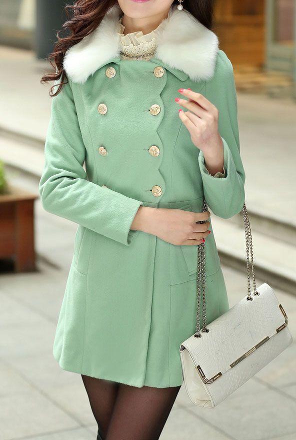 Este abrigo es verde, y muy bonito. Puedes llevar este abrigo cuando estás buscando por ropa nueva, o está pasando tiempo con amigos. Debes llevar este abrigo con jeans o pantalones, y sobre una camisa o camiseta. Pero no llevas pantalones cortos. ¡Qué asco!