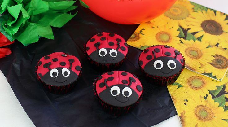 Ladybird cupcakes for kids birthday party, ladybird birthday party.  Czekoladowe muffinki biedronki to słodka i prosta dekoracja dla każdego. Wasze dzieci będą zachwycone. Zobacz jak je zrobić.