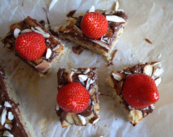 Gluten free banana cake with chocolate, almonds and strawberries  Glutenfri banankage med chocolade, mandler og jordbær