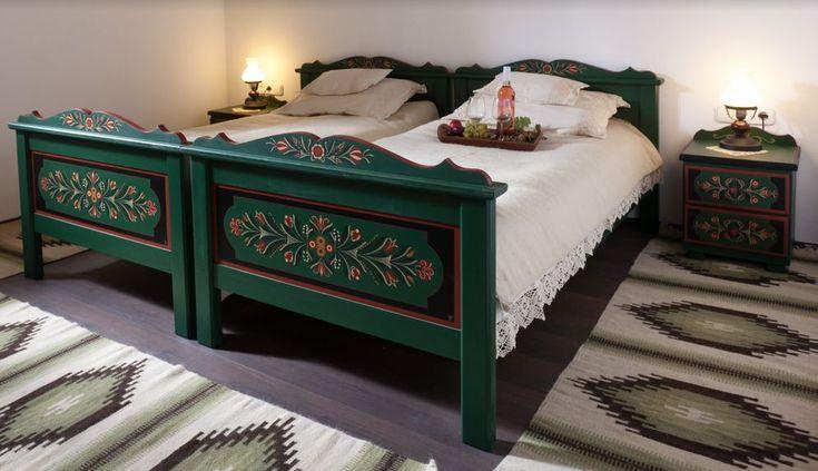 Kézzel festett ágy székely motívumokkal
