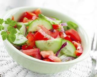 Salade froide de concombres, tomates et menthe : http://www.fourchette-et-bikini.fr/recettes/recettes-minceur/salade-froide-de-concombres-tomates-et-menthe.html