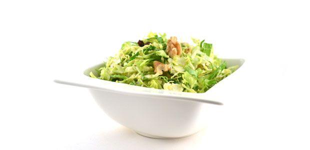 Deze salade met spruiten en honing-mosterddressing is eigenlijk een beetje een gekke salade. Het bevat rauwe spruiten, maar dat is dus echt heel erg lekker!