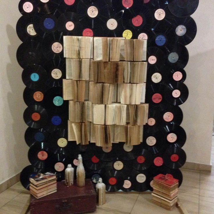 Фотозона для винтажной свадьбы. Старые книги и виниловые пластинки-прекрасное решение.