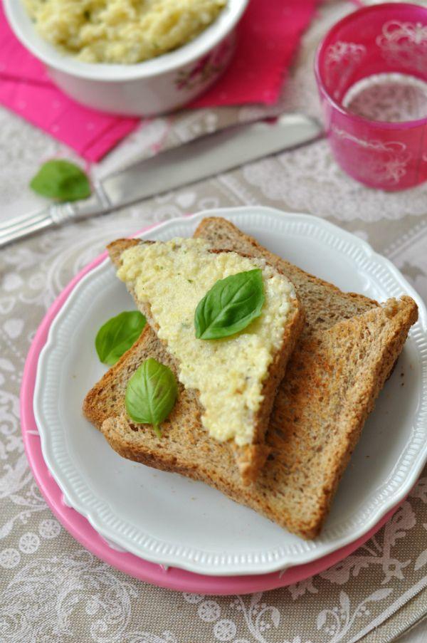 Bazsalikomos köleskrém - laktózmentes szendvicskrém Mai receptünk egy igazi különlegesség: kölesből készítettünk laktózmentes szendvicskrémet, ami a bazsalikomtól és a pici citromtól friss és üde ízt ad egy egyszerű pirítósnak is. A köleskrém recept gluténmentes is egyben.