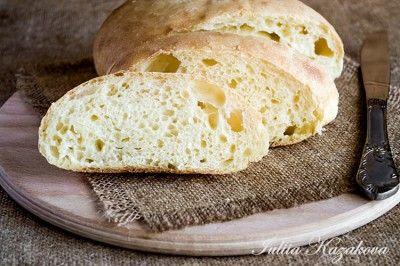 Белый хлеб на йогурте без замеса 200 г пшеничной муки  0,5 г сухих дрожжей(~менее четверти ч.л.)  200 мл натурального йогурта  5 г соли   Муку просеять в миску,добавить соль и сухие дрожжи.  Перемешать и добавить йогурт комнатной температуры.  Замесить всё до однородности.Долго вымешивать не стоит,только,чтобы всё соединилось.  Накрыть пищевой плёнкой и оставить при комнатной температуре на 10-12 часов.  За это время тесто хорошо поднимется,будет воздушным.  Хорошо присыпать рабочую пов