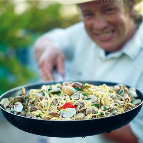 Spaghetti vongole - Jamie magazine  Super, super lekker. Ogen toe en je bent terug in Italië!