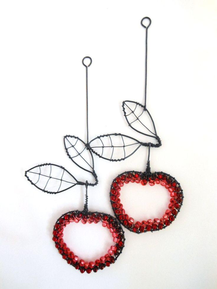 Sklizeň Jablíčko je vyrobeno z černého žíhaného drátu, které je dozdobeno skleněnými korálky. Průměr jablíčka  je cca 5 cm a délka dekorace je cca 14 cm.  Drát je ošetřen proti korozi, ale ve vyšší vlhkostí může chytit patinu rzi. Cena za kus.