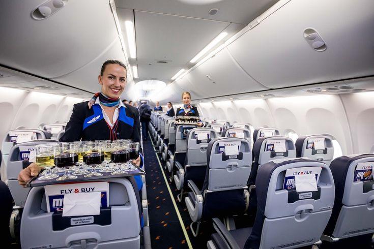Hôtesse de Smartwings dans le nouveau Boeing 737 MAX 8