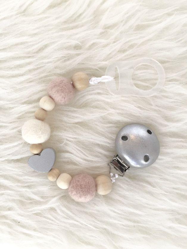 <3 Wunderschöne handgemachte Schnullerkette aus Naturholzperlen und drei Filzkugeln in altrosa - weiß - silber <3  Anstelle des kleinen Herzens, kann auch eine kleines  silberfarbene Krone...