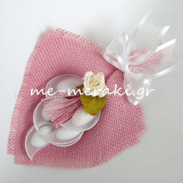 Χειροποίητη μπομπονιέρα βάπτισης, ανθοδέσμη με ροζ λινάτσα, λευκή οργαντίνα κορδέλα και τριανταφυλλάκι αφής. www.me-meraki.gr