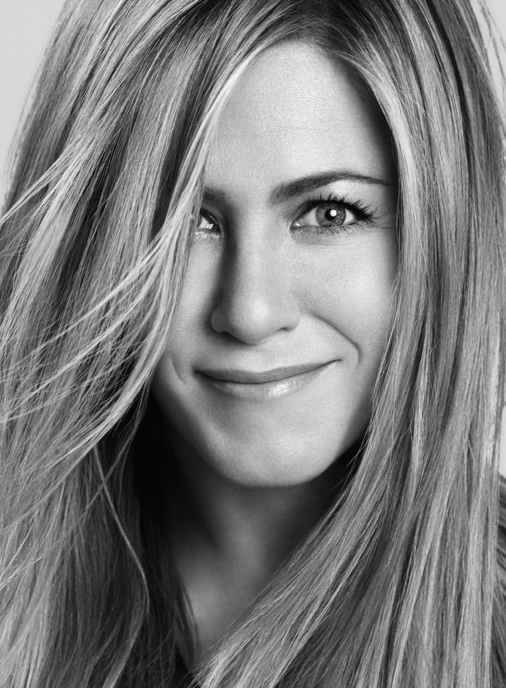 Jennifer Aniston likes to keep it easy in terms of beauty and style.  Since we last spoke, Jennifer (brilliantly) pulled off a totally top-secret wedding to actor Justin Theroux without having one leaked picture.  Jennifer Aniston: Are you putting beautiful makeup on beautiful women?  Congratulations