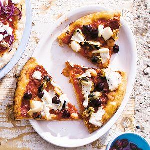 Pizza zeevruchten en olijven || oven || pizzabodem, pizzasaus, fruits de mer, zongerijpte tomaten, olijven, pecorino romano kaas
